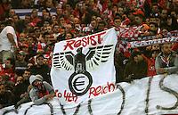 FUSSBALL   CHAMPIONS LEAGUE   SAISON 2011/2012  Borussia Dortmund - Olympiakos Piraeus      01.11.2011 Fans halten im Fanblock von Olympiakos Piraeus ein Banner mit dem Spruch: RESSIST TO 4TH REICH