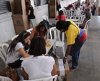 MEDELLÍN -COLOMBIA. 15-06-2014. Colombianos ejercen su derecho al voto en el Palacio de Exposiciones de Medellín durante la segunda vuelta de la elección de Presidente y vicepresidente de Colombia que se realiza hoy 15 de junio de 2014 en todo el país./ Colombians exert their right to vote in the Palacio de Exposiciones in Medellin during the second round of the election of President and vice President of Colombia that takes place today June 15, 2014 across the country. Photo: VizzorImage / Luis Rios / STR