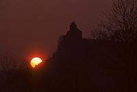 Europeeglisee/15/Cantal/env de Murat: Chapelle de Bredons eglise fortifiée romane du XI e siècle à l'aube