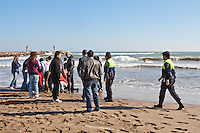 La guardia civil y la policia local de Alboraya llegan al lugar donde permace tumbado el patrón de la embarcación