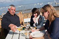 Europe/France/Aquitaine/33/Gironde/Bassin d'Arcachon/Le Cap Ferret : Ludovic Hiribarn,  ostréiculteur accueille à la terrasse de sa cabane les client: Cabane 171, 9, avenue de l'Océan [Non destiné à un usage publicitaire - Not intended for an advertising use]
