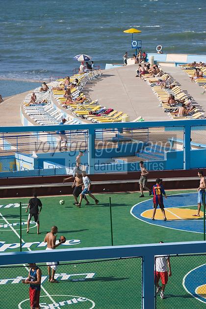 Afrique/Afrique du Nord/Maroc /Casablanca: plage aménagée et terrain de sport sur la Corniche