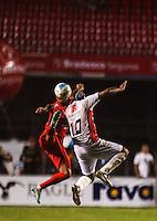 SAO PAULO, SP, 27 DEZEMBRO 2012 - JOGO DAS ESTRELAS - Gabriel (E) e Viola durante partida do Jogo das Estrelas no Estadio Cicero Pompeu de Toledo (Morumbi) na regiao sul da capital paulista noite desta quinta-feira, 27. (FOTO: WILLIAM VOLCOV / BRAZIL PHTOTO PRESS).
