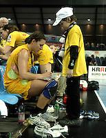 Handball Frauen / Damen  / women 1. Bundesliga - DHB - HC Leipzig : Frankfurter HC - im Bild: Karolina Kudlacz (gibt einem kleinen Fan ein Autogramm . Foto: Norman Rembarz .
