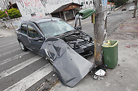 SAO PAULO, SP, 27/10/2013, ACIDENTE. Um veiculo bateu contra um poste na Av Guaca altura do numero 311 em Santana. O motorista, que segundo testemunhas dormiu ao volante, ficou ferido e foi socorrido a hospital da regiao. LUIZ GUARNIERI/BRAZIL PHOTO PRESS