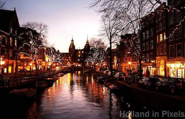Spiegelgracht in Amsterdam is  sfeervol verlicht tijdens de feestdagen