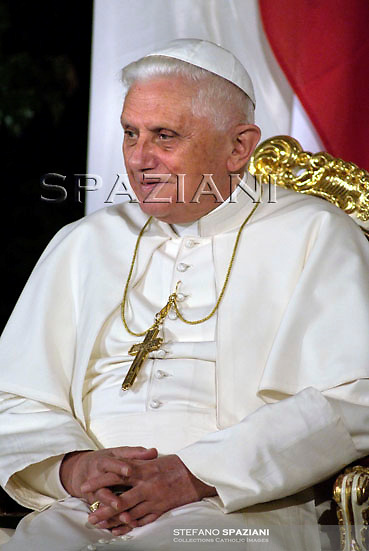 Pope Benedict XVI (L) delivers a speech at Vienna's historic Hofburg Palace September 7, 2007. Some Catholic Church activists in Austria accused Pope Benedict of devoting too little time to hear ordinary churchgoers' concerns during a visit starting on Friday and said he was risking losing more of his flock.