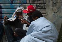 SAO PAULO, SP, 11 JANEIRO 2013 - CIDADANIA - DEPENDENTES QUIMICOS - Moradores de rua usam crack na tarde desta sexta-feira(11), na regiao da Praca da Se, apos o prefeito Fernando Haddad anunciar o novo Minstro dos Direitos Humanos de Sao Paulo. O Governador Geraldo Alckmin  assina na tarde de hoje na Palacio dos Bandeirantes documento que viabializa a internacao obrigadoria dos ususarios de crack de Sao Paulo. (FOTO: AMAURI NEHN / BRAZIL PHOTO PRESS).