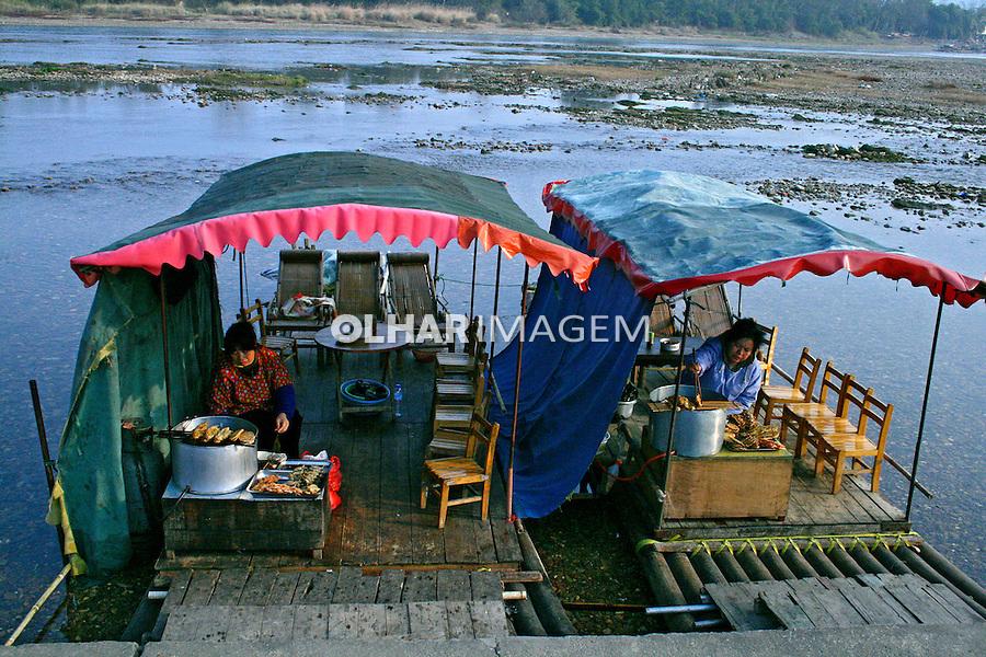 Barco restaurante no Rio Liu. Liuzhou. China. 2007. Foto de Flãvio Bacellar.