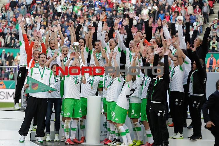 01.05.2015, RheinEnergie-Stadion, K&ouml;ln, GER, DFB Pokalfinale der Frauen im Bild die Mannschaft des VFL Wolfsburg gewinnt den DFB Pokal  <br /> <br /> Foto &Acirc;&copy; nordphoto / Rauch
