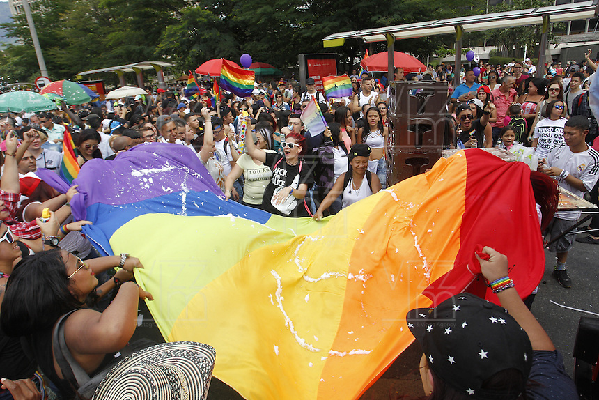 MEDELLIN -COLOMBIA. 03-07-2016: Cientos de personas participaron en la Marcha LGBTI 2016 realizada por las calles del centro de Medellín, Colombia, hoy 03 de julio de 2016./ Hundred of people gathered to participate in the Gay Pride Parade 2016 on July 03, 2016 that be held by the main streets of the downtown of Medellin, Colombia. Photo: VizzorImage/ León Monsalve /Str