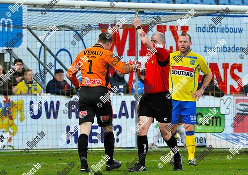 2012-12-02 / voetbal / seizoen 2012-2013 / Westerlo St-Truiden / Doelman Michael Cordier (nr 1) (Westerlo) krijgt van scheidsrechter Ottevaere (m) geel na het veroorzaken van een penalty. Rechts zien we Birger Maertens (Westerlo)