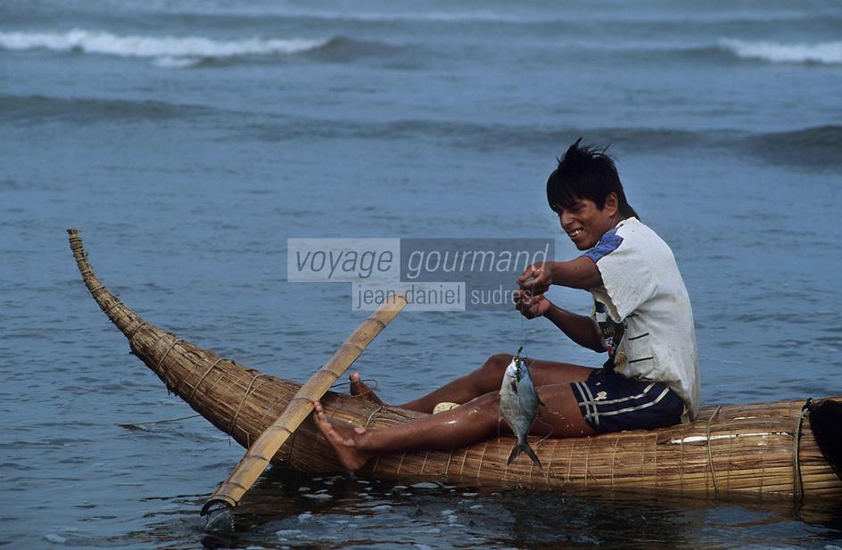 Amérique/Amérique du Sud/Pérou/Env de Chiclayo/Pimentel : Pêcheur assis sur un Caballito de Totora ramène un poisson