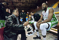 BOGOTÁ -COLOMBIA. 27-04-2013. Hernán Giraldo (i) técnico de Academia da instrucciones durante partido contra Piratas en la fecha 6 fase II de la  Liga DirecTV de baloncesto Profesional de Colombia realizado en el coliseo El Salitre de Bogotá./ Academia coach Hernan Giraldo (l) give directions during match against Piratas on the 6th date phase II of  DirecTV professional basketball League in Colombia at El Salitre coliseum in Bogotá. Photo: VizzorImage / Str