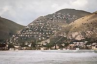 l'ecomostro di Pizzo Sella visto dalla spiaggia di Mondello<br /> the eco monster Pizzo Sella viewed from the beach of Mondello