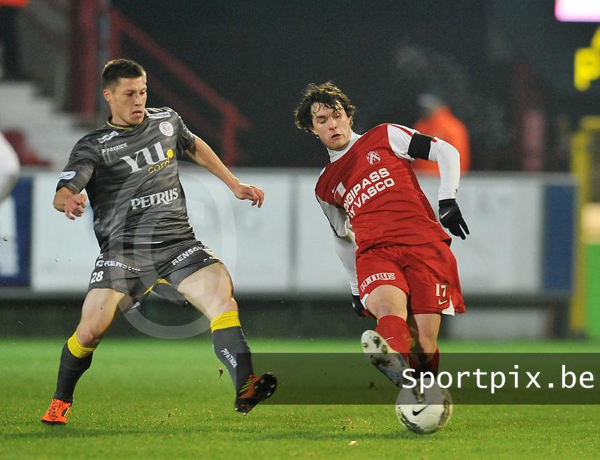 KV Kortrijk - SV Zulte - Waregem : Gertjan De Mets aan de bal voor Jonathan Delaplace.foto VDB / BART VANDENBROUCKE