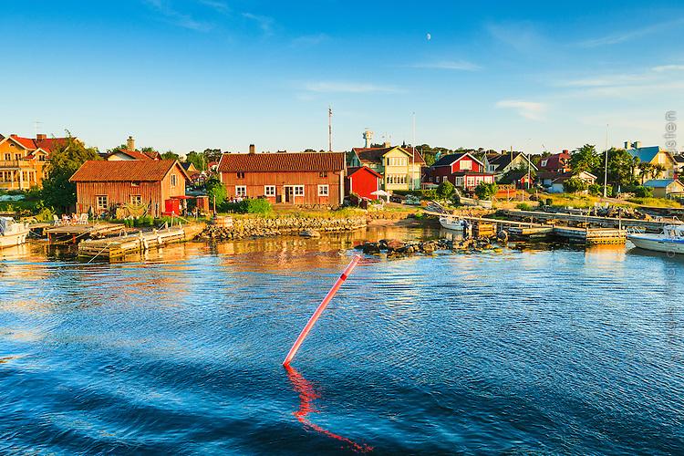 Sjömärke vid Sandhamns inlopp i Stockholms skärgård. / Sea mark in the Stockholm archipelago in Sweden.