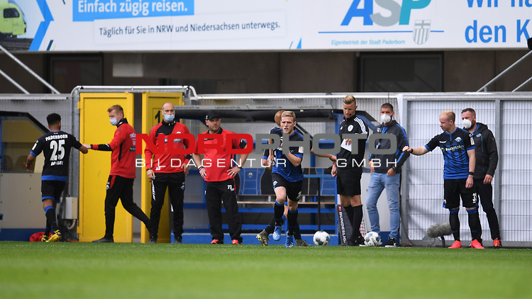 Dreifachwechsel auf der Bank des SC Paderborn. Trainer Steffen Baumgart (SC Paderborn, 4.v.r).<br />