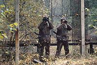 - Inner Border between Federal Republic of Germany (RFT) and German Democratic Republic (DDR), DDR border police ( volkspolizei )....- Confine Interno fra Repubblica Federale Tedesca (RFT) e Repubblica Democratica Tedesca (DDR), guardie di frontiera della DDR ( volkspolizei  )