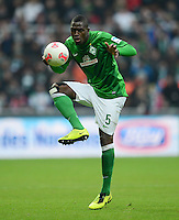 FUSSBALL   1. BUNDESLIGA   SAISON 2012/2013    24. SPIELTAG SV Werder Bremen - FC Augsburg                           02.03.2013 Assani Lukimya (SV Werder Bremen) Einzelaktion am Ball