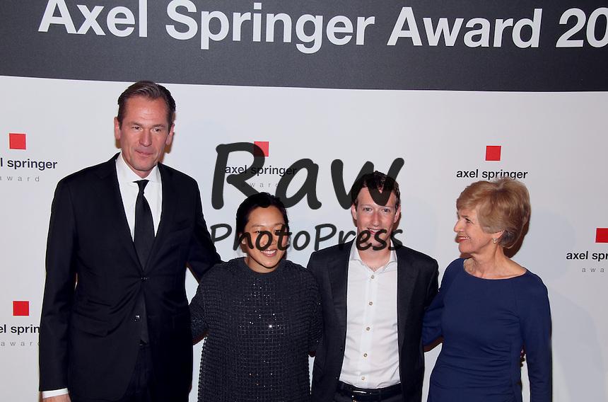 Mark Zuckerberg y su esposa Priscilla han asistido a la entrega del Premio Axel Springer en Berl&iacute;n.<br /> <br /> Marc Zuckerberg  und Priscilla Zuckerberg   - Axel Springer Award at the Axel-Springer-Haus in Berlin. Feb. 25, 2016