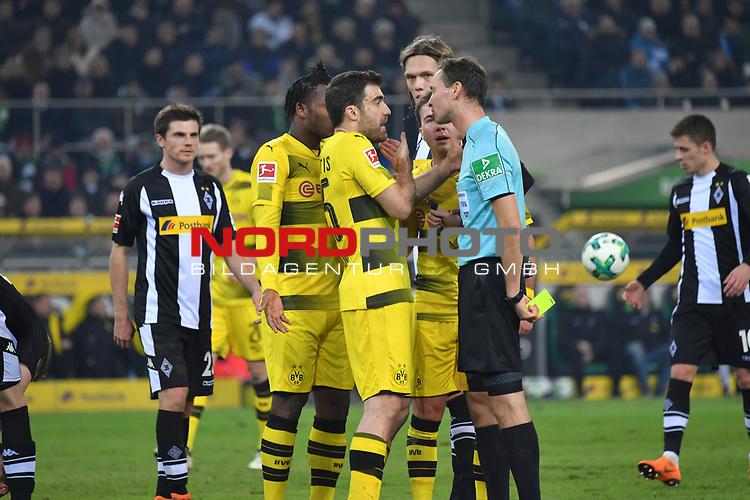 18.02.2018, Borussia Park, M&ouml;nchengladbach, GER, 1. FBL., Borussia M&ouml;nchengladbach vs. Borussia Dortmund<br /> <br /> im Bild / picture shows: <br /> Diskussion mit Schiedsrichter, referee, Bastian Dankert (SR) Sokratis (Borussia Dortmund #25), ist mit einer Entscheidung nicht einverstanden<br /> <br /> Foto &copy; nordphoto / Meuter