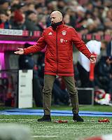 FUSSBALL  1. BUNDESLIGA  SAISON 2015/2016  24. SPIELTAG FC Bayern Muenchen - 1. FSV Mainz 05       02.03.2016 Matthias Sammer  (li, FC Bayern Muenchen) grantelt mit dem 4 Offiziellen Martin Petersen