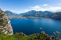 Italy, Trentino, Lake Garda, Pregasina above Riva del Garda with great view to the North bank of lake Garda with Nago-Torbole | Italien, Trentino, Gardasee, Pregasina oberhalb von Riva del Garda mit fantastischem Blick auf das Nordufer mit Nago-Torbole
