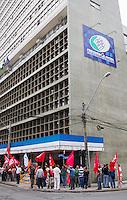 CURITIBA, PR, 12 DE NOVEMBRO DE 2013 – MOBILIZAÇÃO DAS CENTRAIS SINDICAIS - Centrais sindicais realizam protestos na manhã desta terça-feira (12), em frente ao prédio do INSS, no centro de Curitiba. Manifestação tem como objetivo reivindicar o fim do fator previdenciário e a imediata correção da tabela do Imposto de Renda. FOTO: PAULO LISBOA / BRAZIL PHOTO PRESS