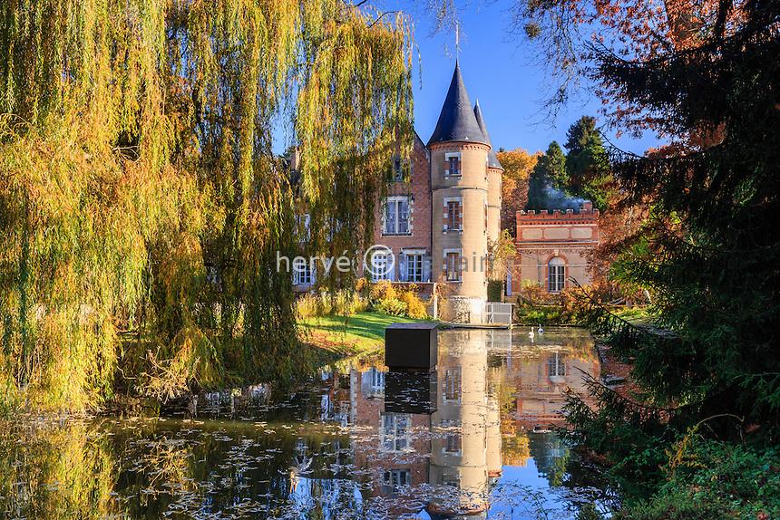 France, Allier (03), Villeneuve-sur-Allier, Arboretum de Balaine en automne, le château // France, Allier, Villeneuve-sur-Allier, Balaine Arboretum fall, the castle