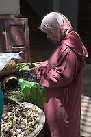 Afrique/Afrique du Nord/Maroc/Fèz: dans la médina étal du souk une femme achète des mures