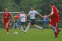 Büttelborn 25.08.2017: SKV Old Boys vs. Eintracht Frankfurt Traditionsmannschaft<br /> Manfred Binz (Eintracht Frankfurt Traditionsmannschaft) zieht ab<br /> Foto: Vollformat/Marc Schüler, Schäfergasse 5, 65428 R'heim, Fon 0151/11654988, Bankverbindung KSKGG BLZ. 50852553 , KTO. 16003352. Alle Honorare zzgl. 7% MwSt.