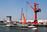 Haven van Rotterdam. Terrein van Mammoet. Links het kantoor van Mammoet