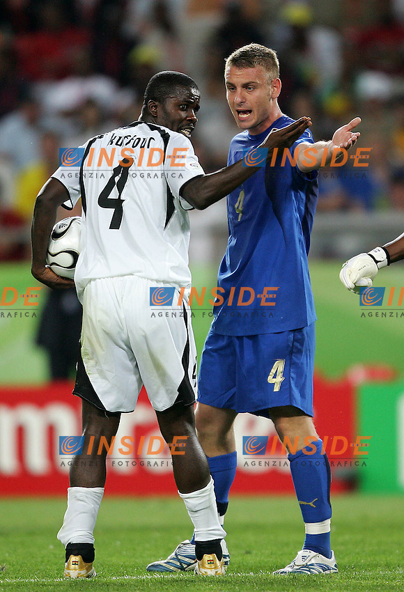 Hanover 12/6/2006 World Cup 2006.Italia Ghana.Photo Andrea Staccioli Insidefoto.DE ROSSI DISCUTE CON KUFFOUR SUO COMPAGNO DI SQUADRA NELLA ROMA