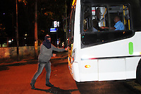 RIO DE JANEIRO,RJ,30.08.2013- BLACK BLOC FAZ PROTESTO NO CENTRO DO RIO: Os manifestantes do Black Bloc fizeram um protesto nas ruas do Centro do Rio nesta noite e deixou o trânsito completamente parado na Avenida Presidente Vargas. O grupo caminhou da Cinelândia até a Prefeitura do Rio e depois voltaram e foram para a Lapa, onde ocuparam as escadarias do Selaron. Oprotesto aconteceu pacíficamente e a pm acompanhou o grupo. Foto: Sandrovox / Brazil Photo Press