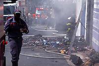 CAMPINAS, SP, 25.03.2016 - INCENDIO-SP - Um incêndio atingiu o estoque de uma loja de calçados, no início da tarde desta sexa-feira (25), no Centro de Campinas (SP). Os Bombeiros informaram que ainda não se sabe o que provocou as chamas no estabelecimento, que fica no primeiro andar de um prédio entre as ruas General Osório e Álvares Machado. Ninguém ficou ferido. (Foto: Daniel Pinto/Brazil Photo Press)