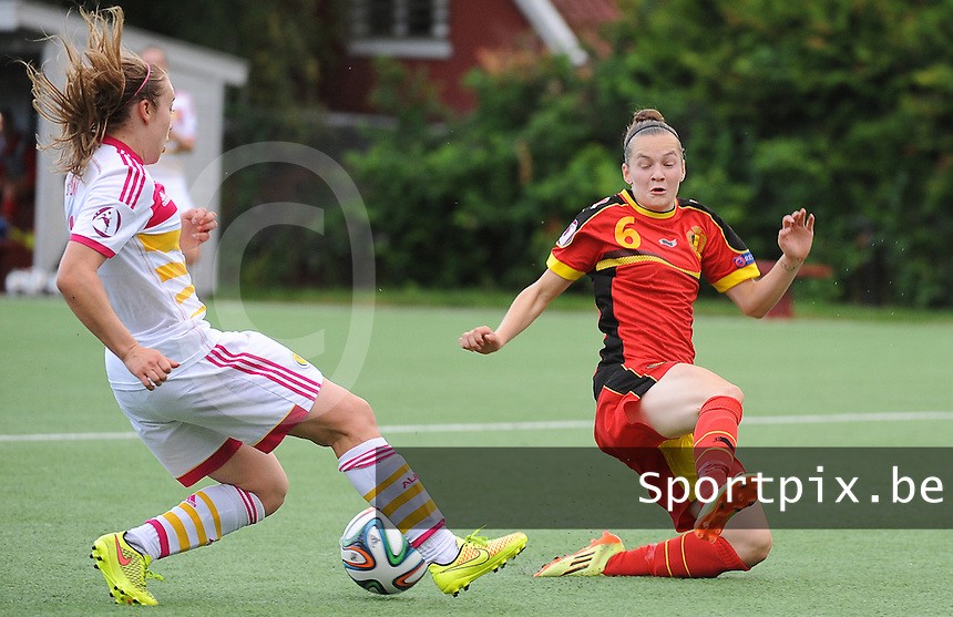 20140715 - Strømmen , NORWAY : Belgian Elke Van Gorp (right) pictured in a duel with Scottish Fiona Brown (left) during the female soccer match between Women under 19 teams of  Belgium and Scotland , on the first matchday in group A of the UEFA Women Under19 European Championship at Strommen Stadion , Norway . Tuesday 15th July 2014 . PHOTO DAVID CATRY