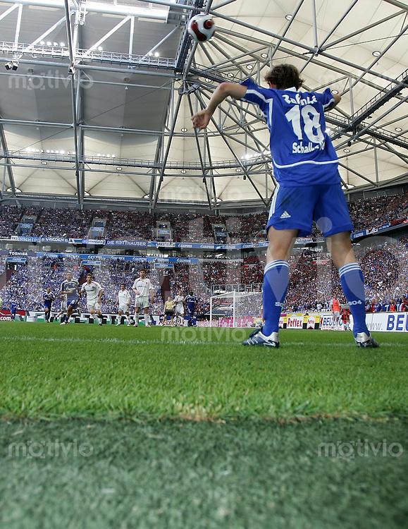 Fussball   1. Bundesliga   Saison 2006/2007   32. Spieltag FC Schalke 04 - 1. FC Nuernberg               RAFINHA beim Einwurf in der Arena