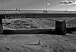 Leito seco do Rio Bastiões em período de estiagem. Ceará. 1983. Foto de Juca Martins.