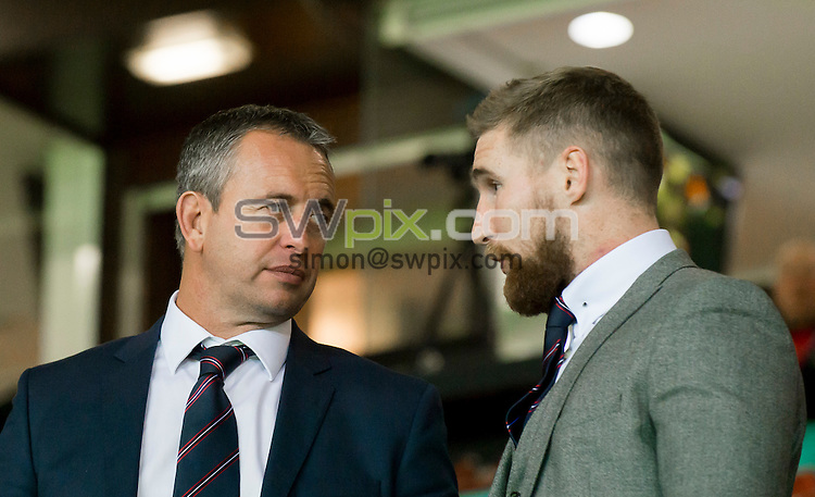 Picture by Allan McKenzie/SWpix.com - 10/10/2015 - Rugby League - First Utility Super League Grand Final - Leeds Rhinos v Wigan Warriors - Old Trafford, Manchester, England - Steve McNamara talks with Sam Tomkins at the First Utility Grand Final.