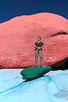Rochers bleus de l'artiste Jean Vérame près de Tafraoute. Récemment repeints par les habitants!.
