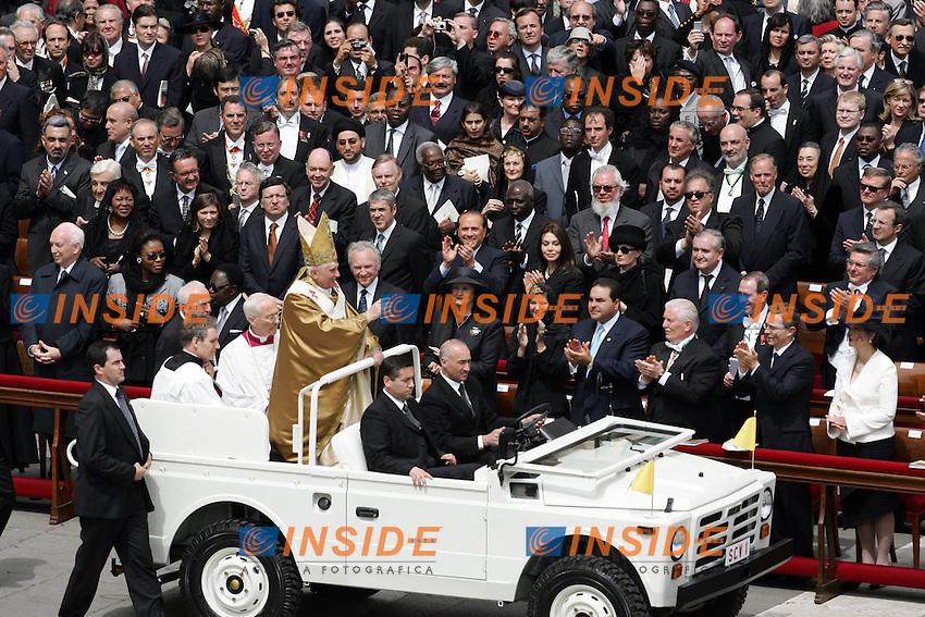 24/4/2005..Pope Benedict XVI celebrates mass in St Peter's Square at the Vatican, Sunday, April 24, 2005..Papa Benedetto XVI celebra la prima messa del suo Pontificato in Piazza San Pietro ..Pope Benedict XVI passes in front of dignitaries in his popemobile ..Photo Andrea Staccioli Insidefoto