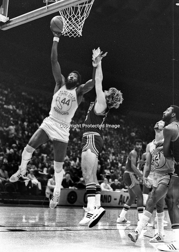 Golden State Warrior Clifford Ray scores against the New York Nicks. (1974 photo/Ron Riesterer)
