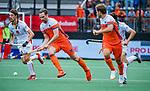 Den Bosch  -  Mirco Pruijser (Ned) met Antoine Kina (Belgie)   tijdens   de Pro League hockeywedstrijd heren, Nederland-Belgie (4-3).     COPYRIGHT KOEN SUYK