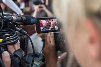 Gottesdienst der Evangelischen Kirchengemeinde Prenzlauer Berg Nord am Freitag den 13. Juli 2018 in der Gethsemanekirche in Berlin, bei dem des 2017 verstorbenen chinesischen Friedensnobelpreistraegers Liu Xiaobo gedacht wird. Urspruenglich sollte auch fuer die Freilassung der Witwe von Liu Xiaobo gebetet werden. Anfang der Woche wurde die Kuenstlerin und Autorin Liu Xia nach acht Jahren aus ihrem Hausarrest entlassen und flog nach Deutschland.<br /> Mit anwesend bei dem Gottesdienst waren der Liedermacher Wolf Biermann und die Schriftstellerin Herta Mueller sowie die Autorin und Vorsitzende des PEN Centers in Taipei Tienchi Martin-Liao und der chinesische Schriftsteller Liao Yiwu. Biermann und Mueller gehoeren zu einer Gruppe von Unterstuetzern, die sich fuer die Ausreise Liu Xias einsetzten.<br /> Im Bild: Journalisten bestuermen den Pulitzerpreistraeger Ian Johnson (links) und den chinesischen Musiker Liao Yiwu (rechts).<br /> 13.7.2018, Berlin<br /> Copyright: Christian-Ditsch.de<br /> [Inhaltsveraendernde Manipulation des Fotos nur nach ausdruecklicher Genehmigung des Fotografen. Vereinbarungen ueber Abtretung von Persoenlichkeitsrechten/Model Release der abgebildeten Person/Personen liegen nicht vor. NO MODEL RELEASE! Nur fuer Redaktionelle Zwecke. Don't publish without copyright Christian-Ditsch.de, Veroeffentlichung nur mit Fotografennennung, sowie gegen Honorar, MwSt. und Beleg. Konto: I N G - D i B a, IBAN DE58500105175400192269, BIC INGDDEFFXXX, Kontakt: post@christian-ditsch.de<br /> Bei der Bearbeitung der Dateiinformationen darf die Urheberkennzeichnung in den EXIF- und  IPTC-Daten nicht entfernt werden, diese sind in digitalen Medien nach §95c UrhG rechtlich geschuetzt. Der Urhebervermerk wird gemaess §13 UrhG verlangt.]