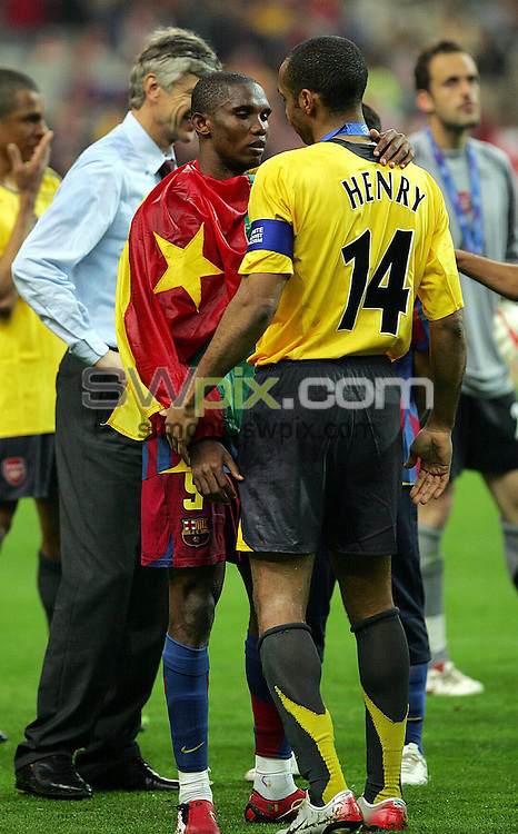 Picture by Dave Winter/SWpix.com - Football - Champions League Final - FC Barcelona v Arsenal FC - Stade de France, Paris, France - 17/05/06...Copyright - Simon Wilkinson - 07811 267706...Arsenal's Thierry Henry (R) is consoled by Barcelona's Samuel Eto'o (L).
