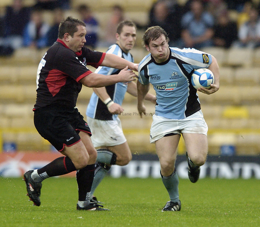 Photo: Jonathan Butler..Saracens v Glasgow Rugby. European Challenge Cup. 22/10/2006..Fergus Thomson of Glasgow goes pasted Kevin Yates of Saracens.