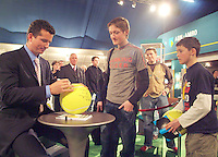 24-2-06, Netherlands, tennis, Rotterdam, ABNAMROWTT, Autograph session with Tournament director Richard Krajicek