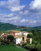ITA, Italien, Marken, Dorf Collevecchio beim Lago di Fiastra - im Hintergrund Camerino | ITA, Italy, Marche, village Collevecchio near Lago di Fiastra - background showing Camerino