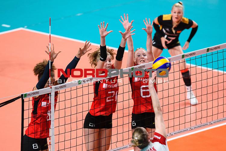 16.08.2019, …VB Arena, Bremen<br />Volleyball, LŠnderspiel / Laenderspiel, Deutschland vs. Polen<br /><br />Block  / Dreierblock Kimberly Drewniok (#8 GER), Camila Weitzel (#21 GER), Jennifer Geerties (#6 GER) - Angriff Magdalena Stysiak (#9 POL)<br /><br />  Foto © nordphoto / Kurth